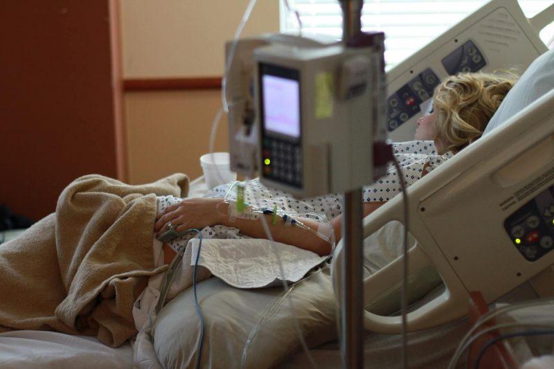 Patientin im Krankenhaus-Bett (Pixabay, Parentingupstream; lizensiert unter CC0 1.0)